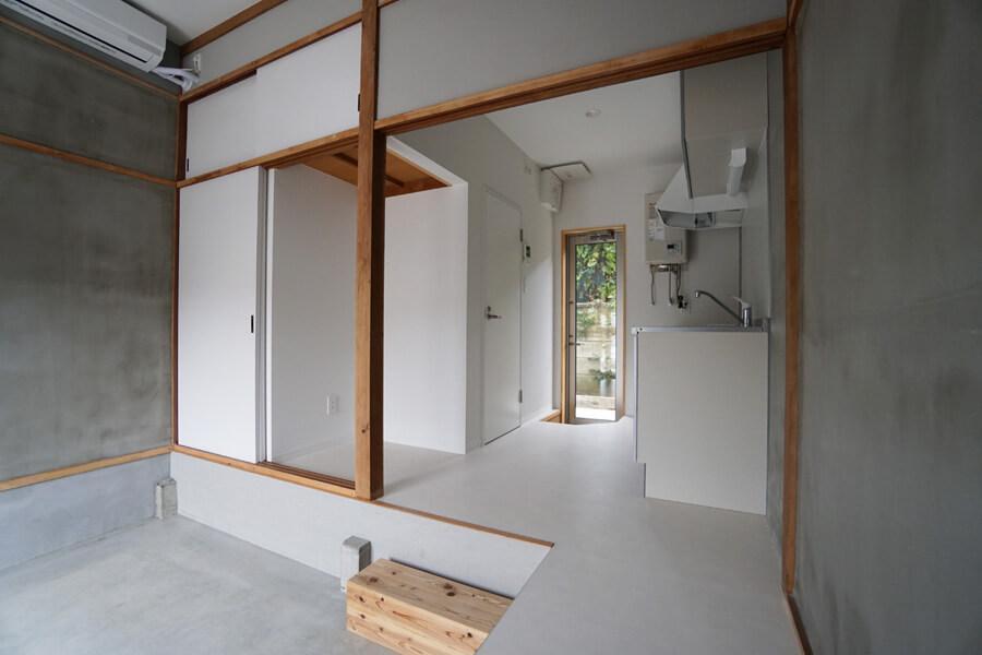 キッチンは広々として使いやすそう。冷蔵庫置き場は押し入れだったところなので扉がそのまま残っている