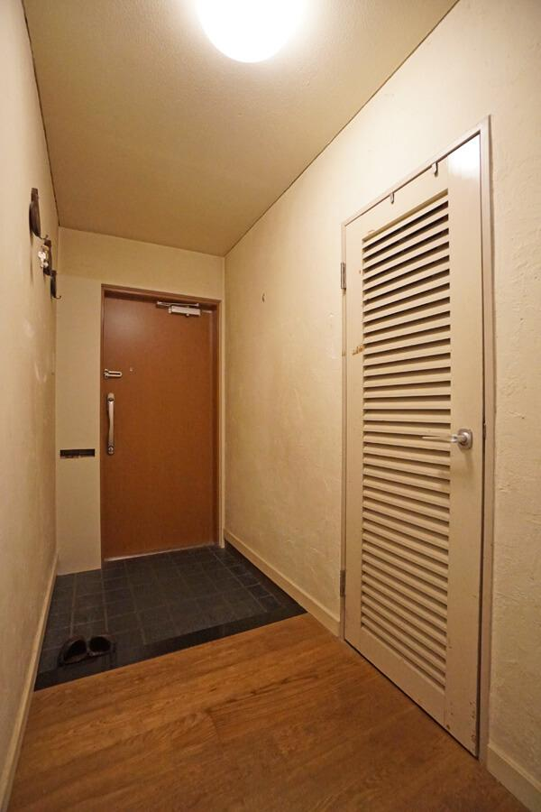 玄関脇の収納には靴や掃除道具を入れるのが良さそう。もしくは玄関脇に靴収納をつくっても良いと思います