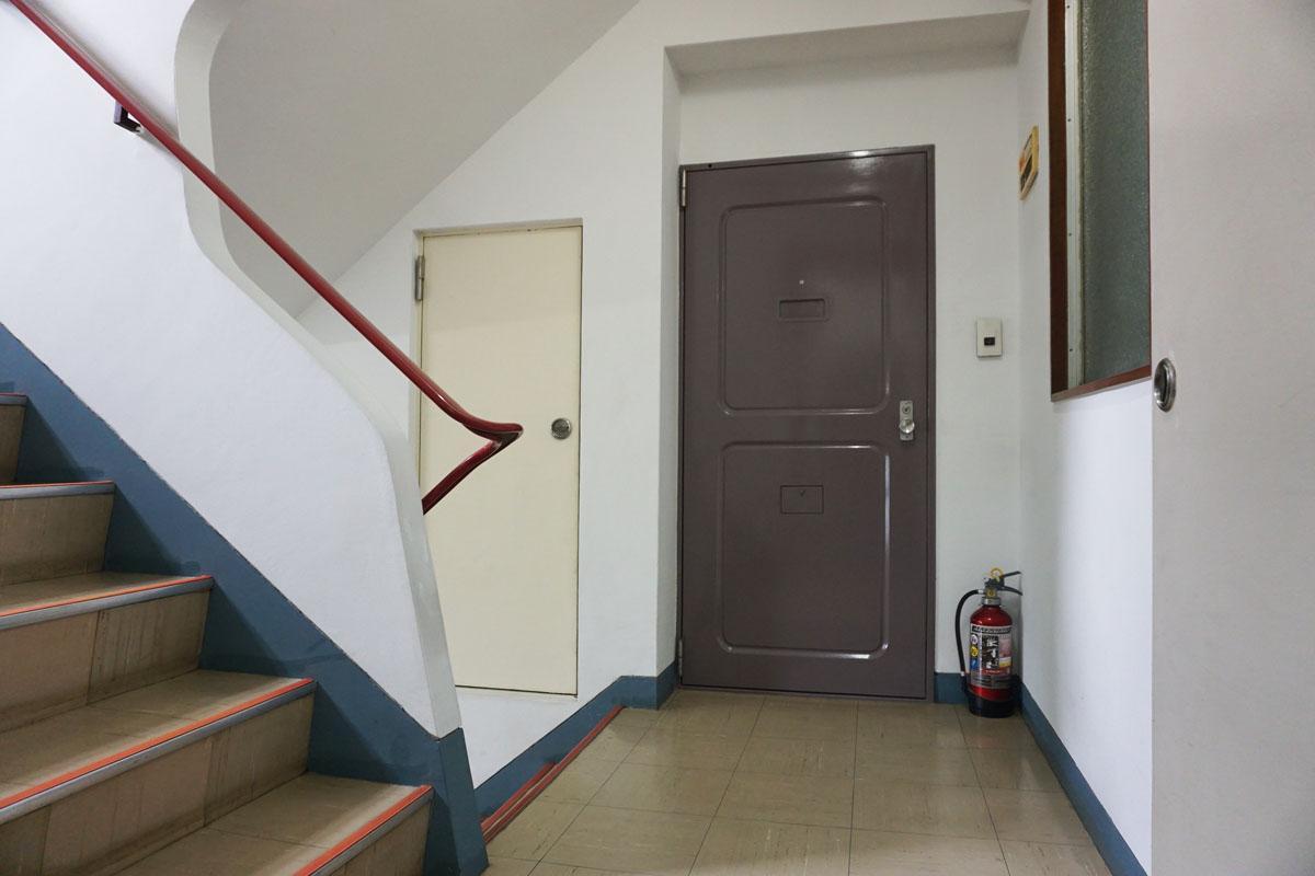 扉は鉄製、共用部はレトロな雰囲気がプンプン