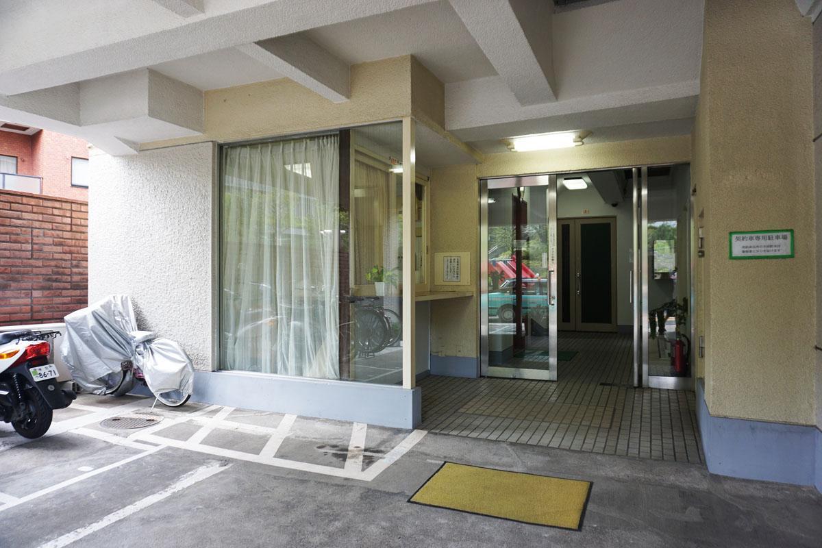 建物入り口、左手は管理人室