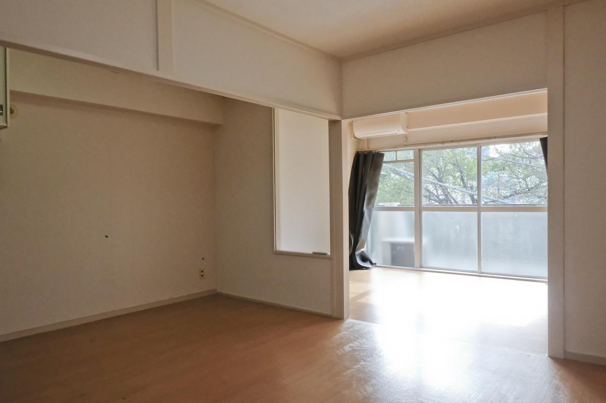 302号室は、仕切り壁があり、床がフロアシート