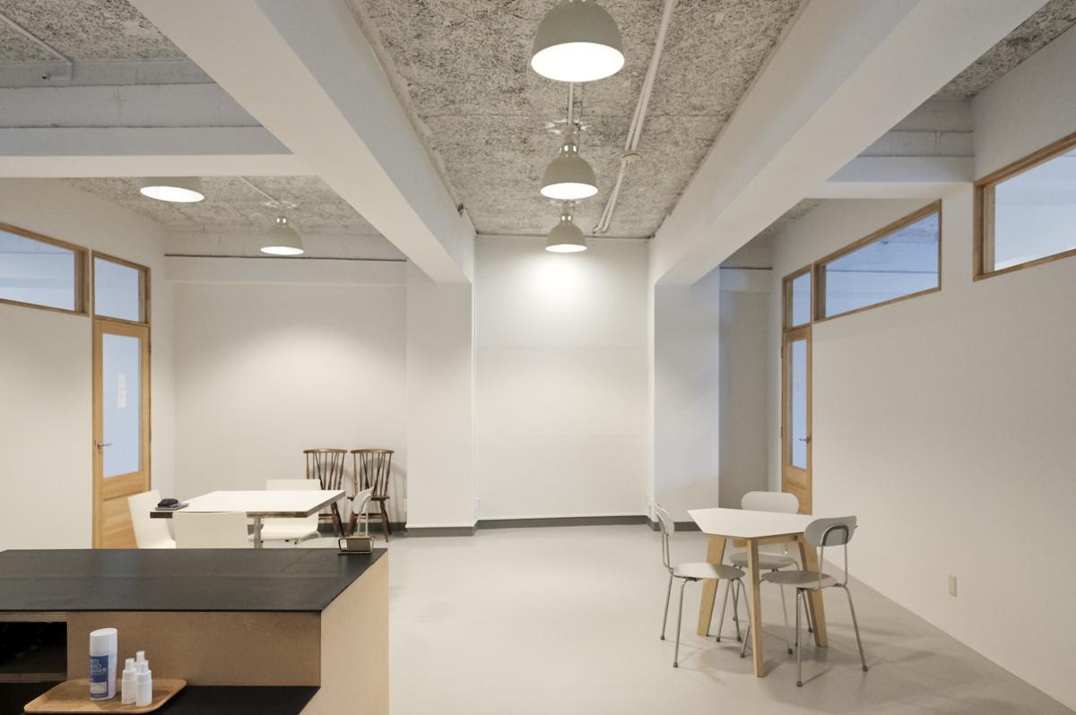 会議室スペース:右側2区画が会議室(大)、左側2区画が会議室(小)
