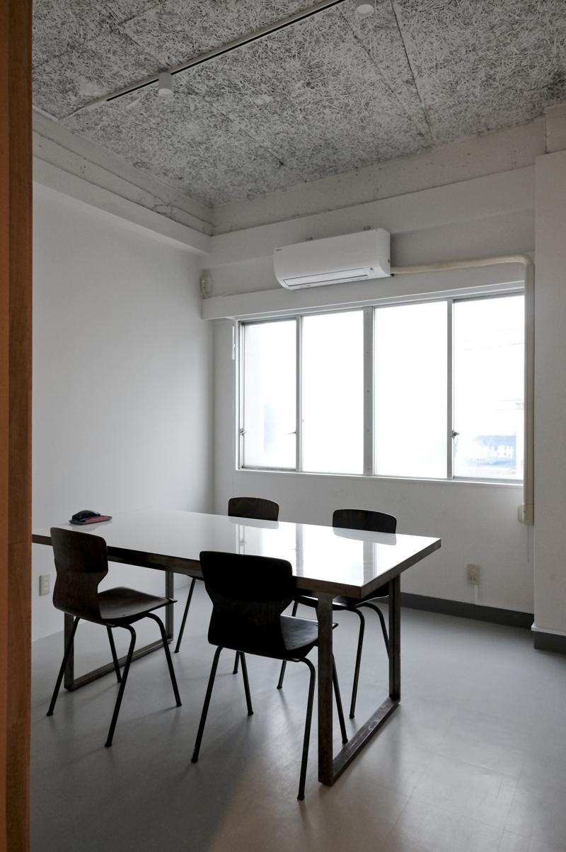 会議室(小):椅子を増やせば4〜5人くらいは使えます