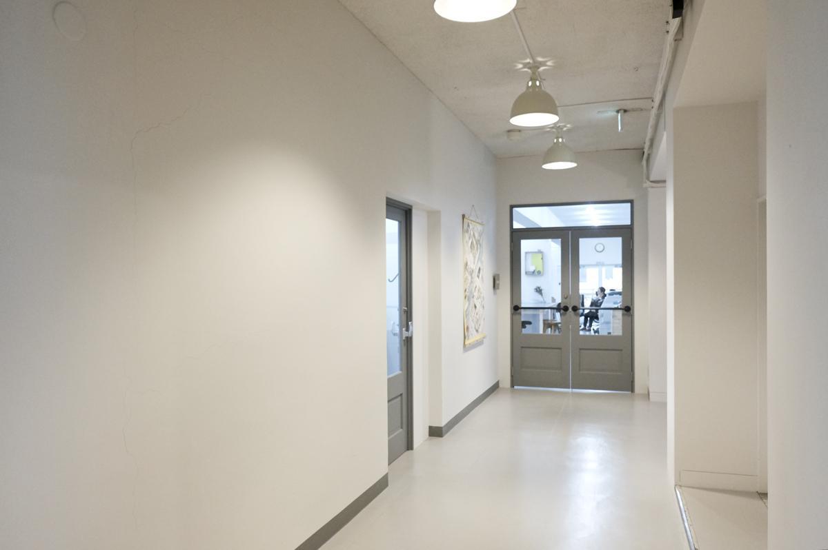 2階共用部:左側のとびらから、今回のシェアオフィス区画に入ります