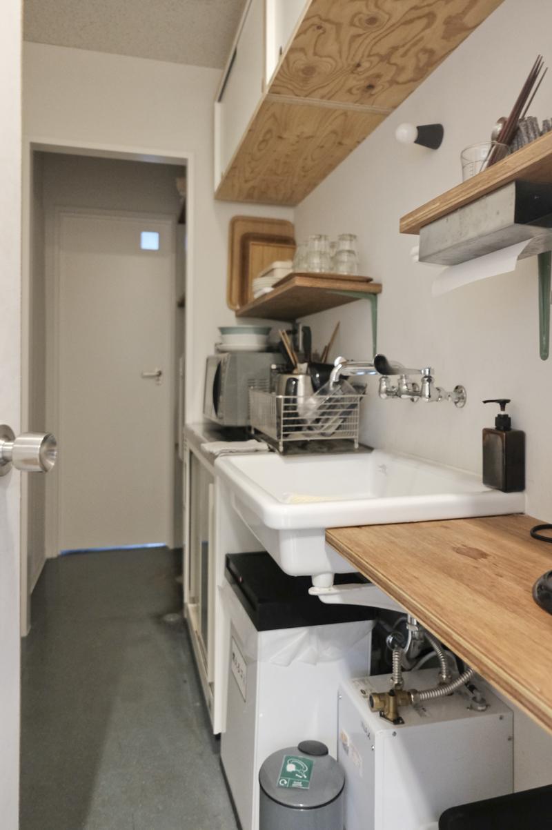 2階給湯室:奥の扉の向こうは男性用トイレ(1階にも男性用トイレはあります)