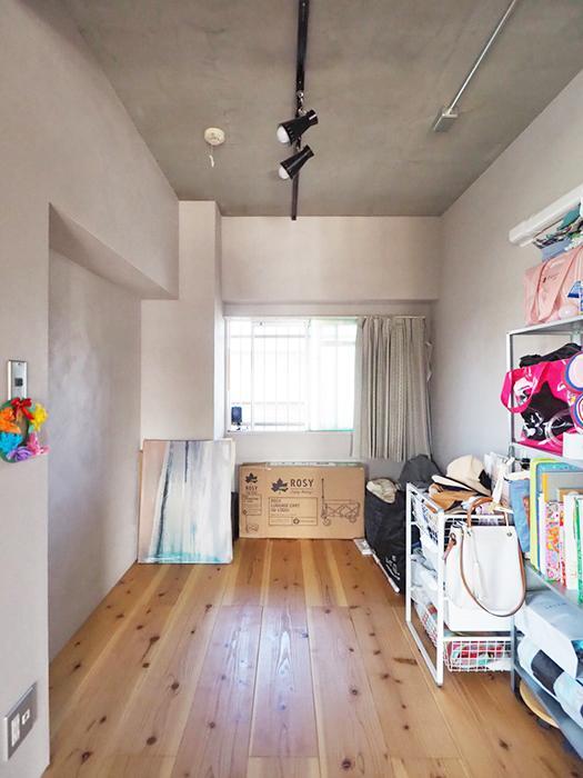 約4.1畳の洋室。子ども部屋や書斎に程よい広さ。今はお子さんのおもちゃなどを置いている