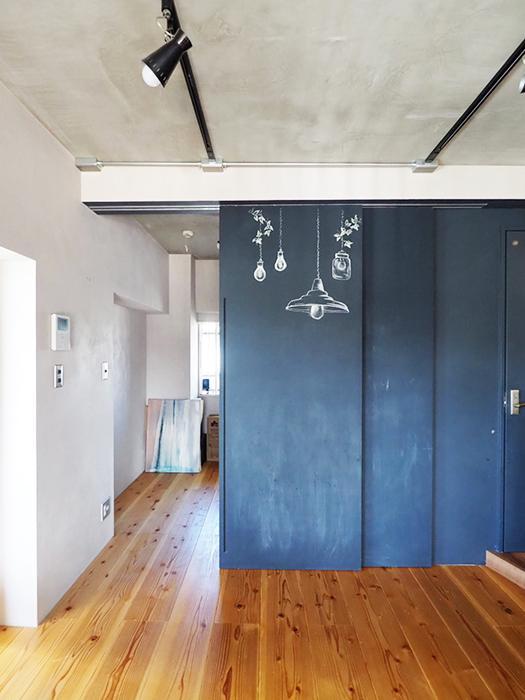 黒板塗料を塗った引き戸の先にに約4.1畳の洋室