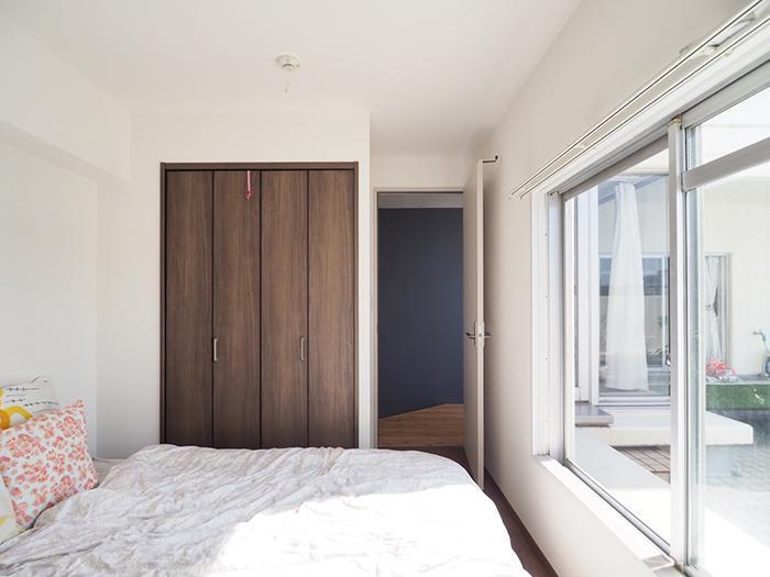 寝室。壁紙にシート仕上げの扉のオーソドックな仕様