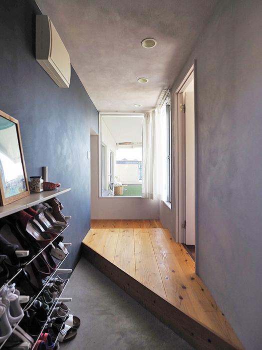 玄関の正面にルーフバルコニーに通じる大きな窓があり、明るく気持ちよい