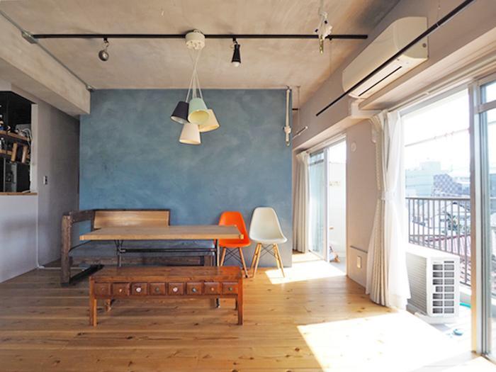 ブルーの壁の先にはゆったりとした広さの納戸が