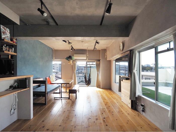 パインの無垢材の床、塗装の天井や壁。心地よい素材で仕上げられた、こだわりの空間