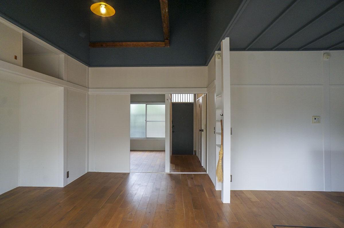 窓を背にした視点:玄関の横が寝室部分