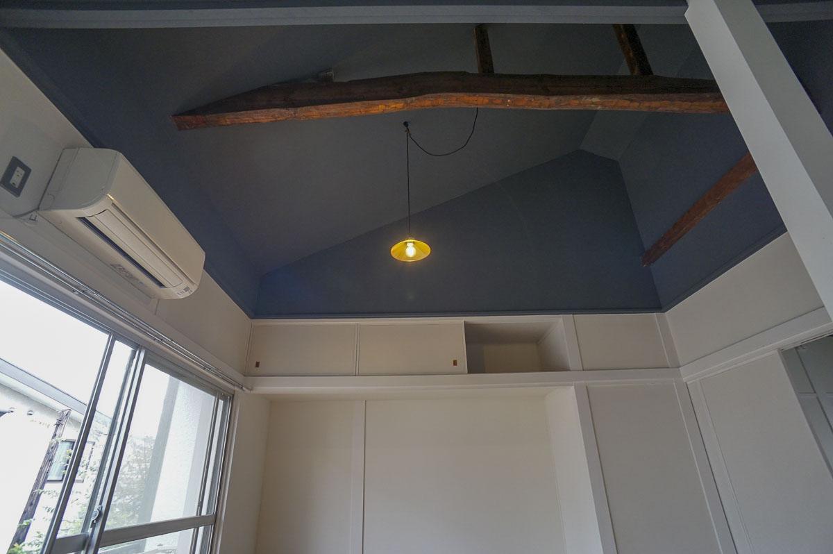 天井をあげ、梁をあらわして空間を大きくしている