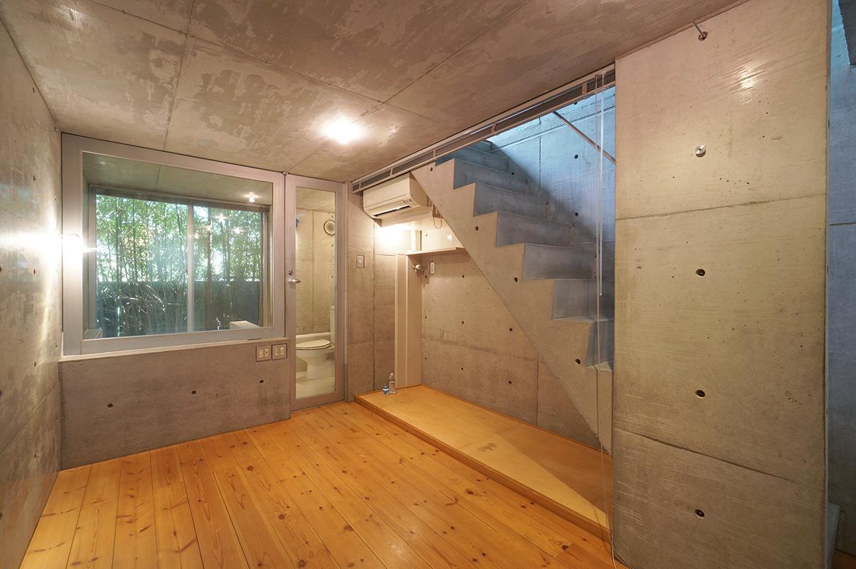 1階部分は日当たりは望めませんが、ガラス貼りのお風呂の先には竹が見えます