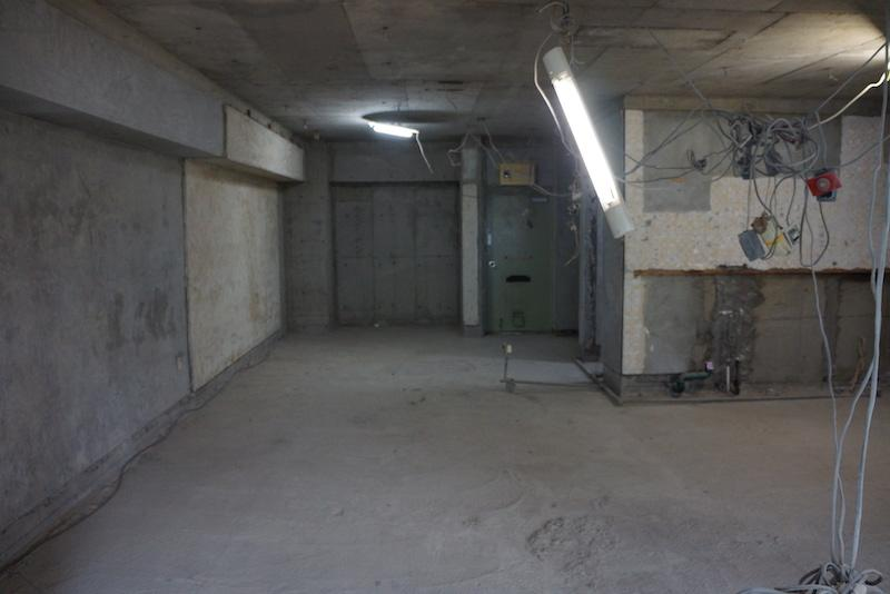 正面の奥に玄関があります、その左側に寝室でしょうか