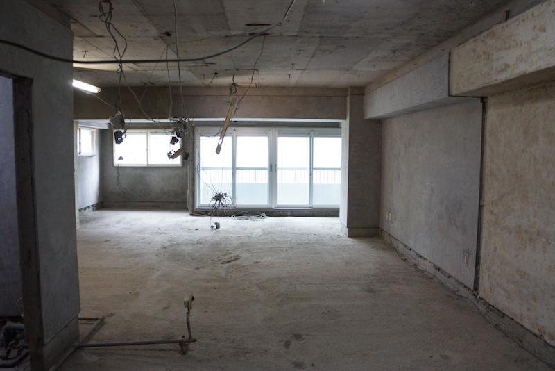 玄関側から撮影、開口部は左側が少し凸になっています