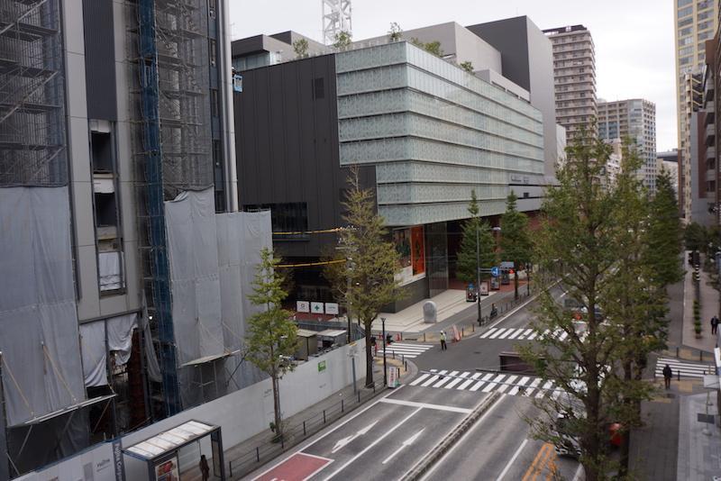 開口部から右手を見ると軽やかな建物(NHK横浜放送局)