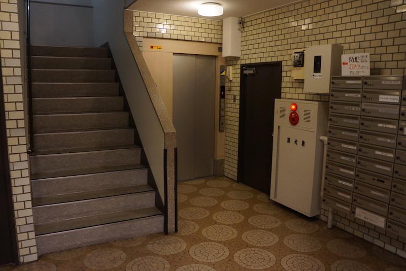 エントランスはエレベーターと集合ポストがあります
