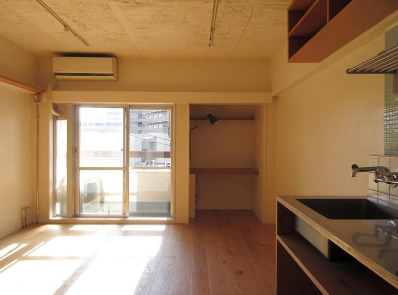 日当たりがよくてポカポカな室内。窓の横のスペースにはライトとデスクが設置されています
