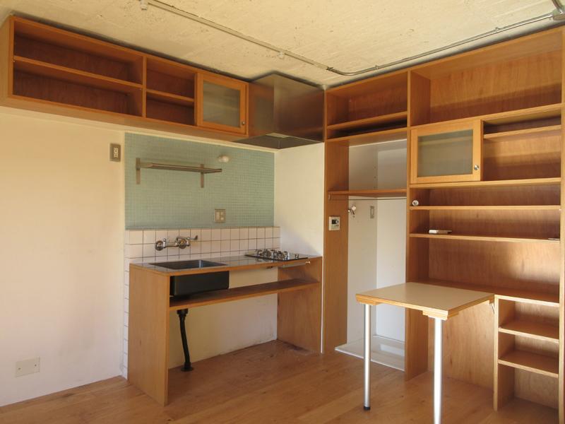 棚に収納できる折り畳み式のテーブルもついています