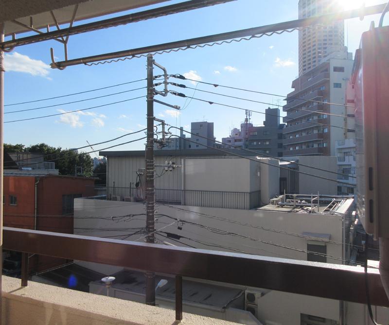 ベランダからの景色。3階だけど前はひらけています。周辺環境も比較的静か
