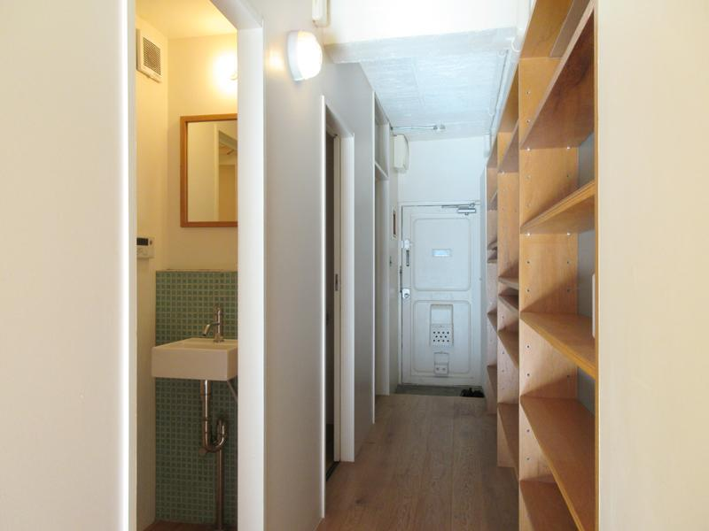 廊下には棚がずらっと。好きなものをたくさん飾りたい!