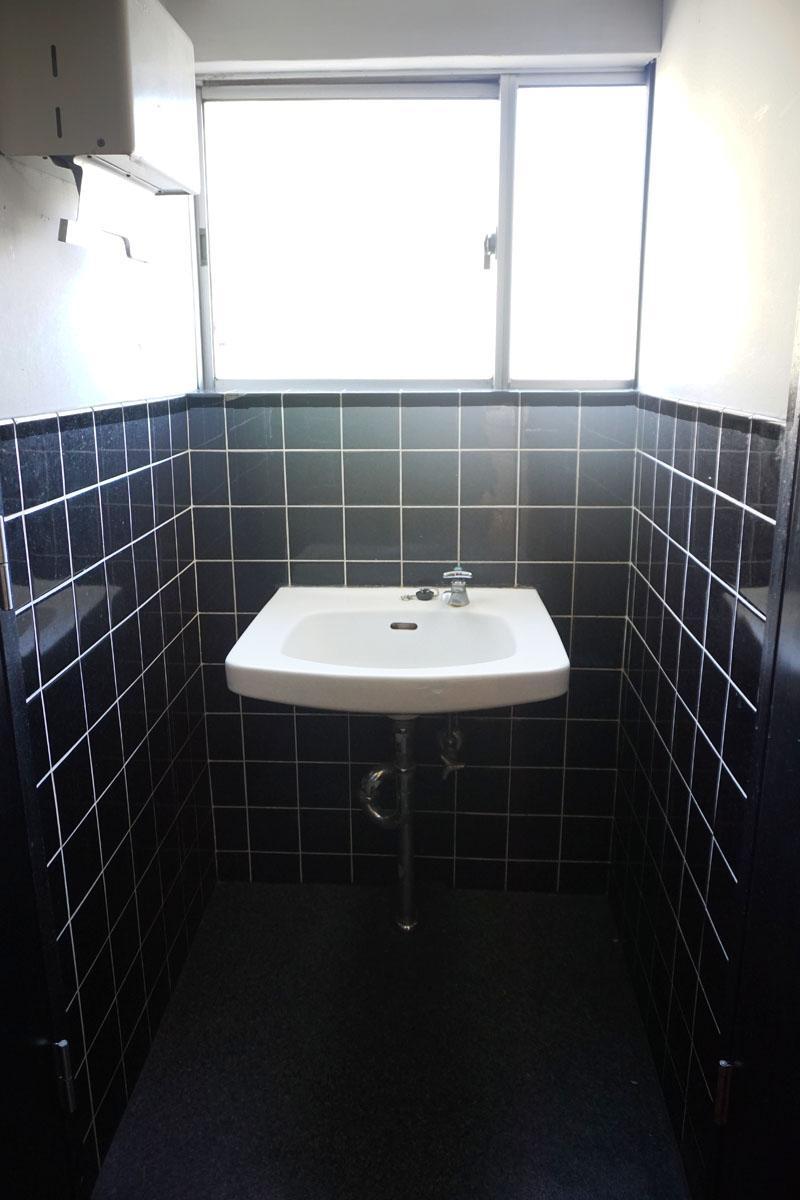 3階洗面台:2階も同様、シックなタイル張りと小ぶりなシンクがレトロ