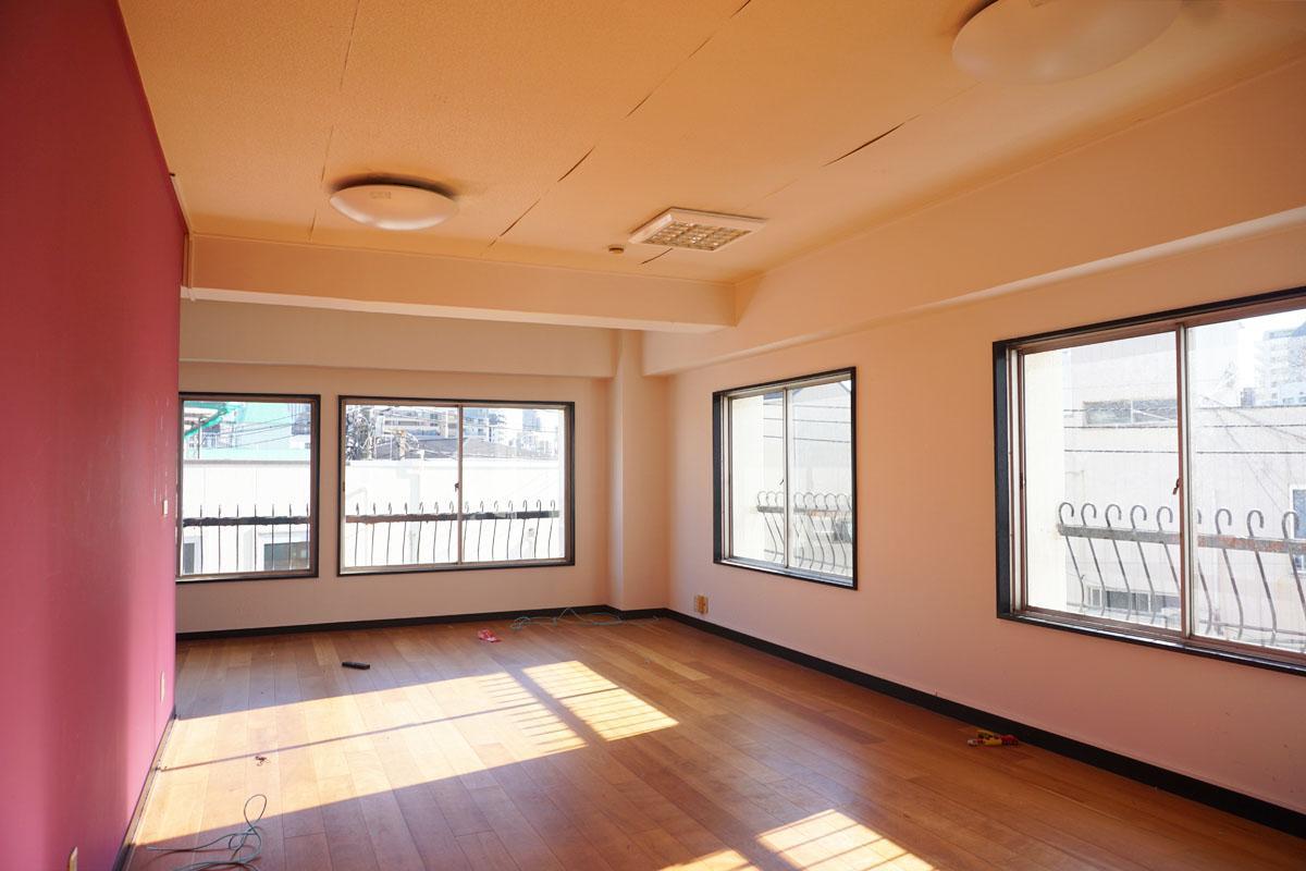 3階南側スペース:パーティションで区切られた12畳程度の会議室