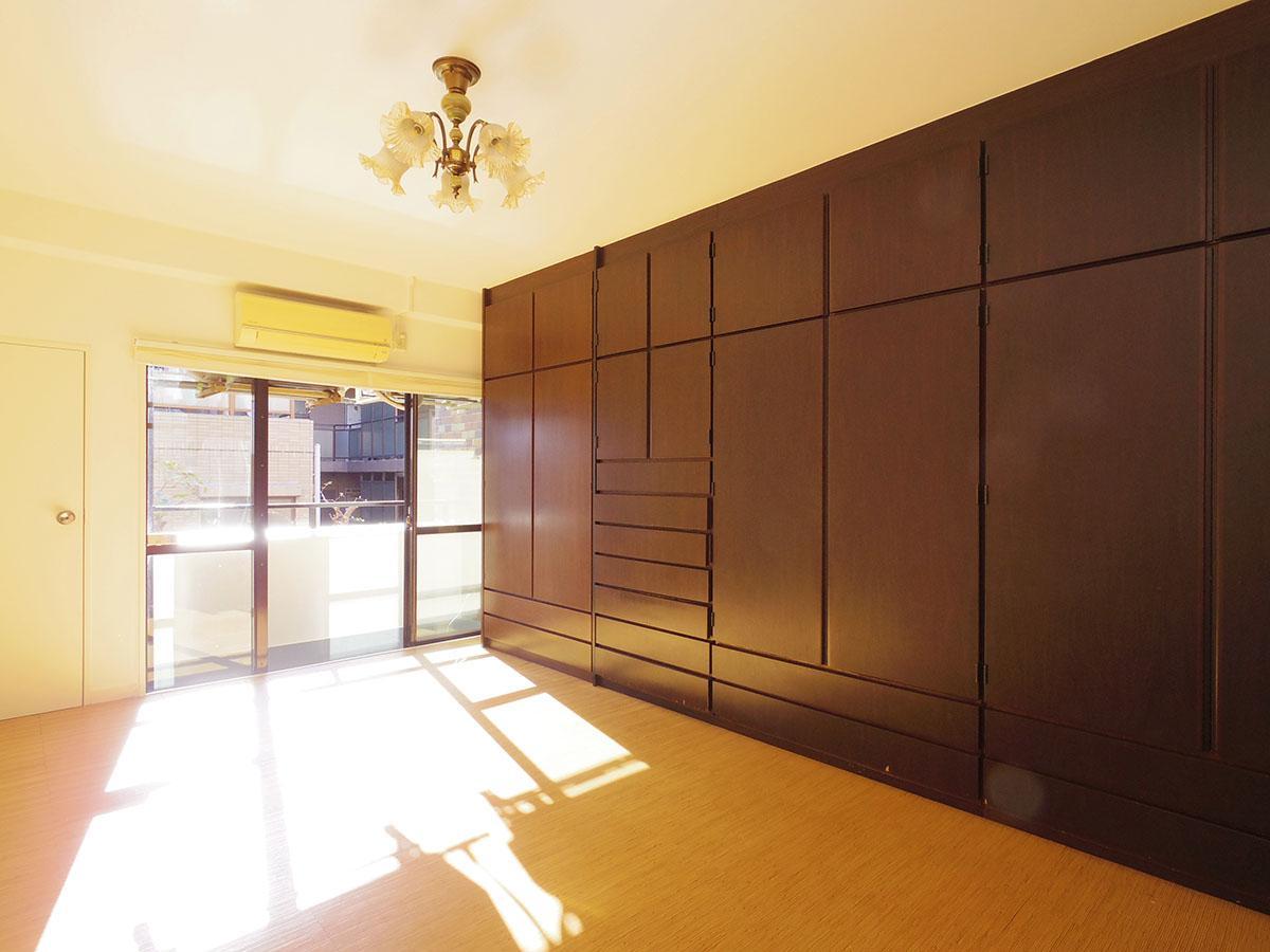 10畳の洋室。天井まで高さのある大型の造作棚付き