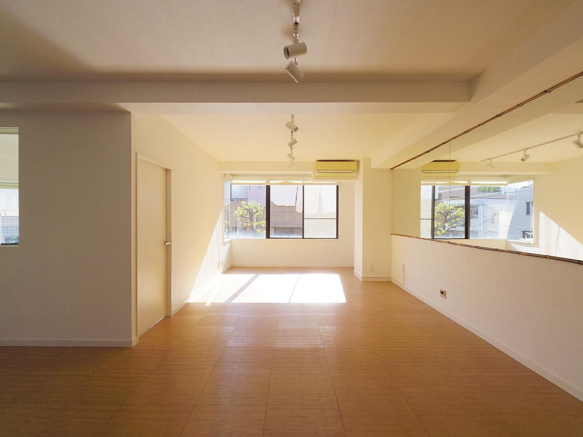 日当たりがよく、壁が一部鏡張りになっているのも相まって室内はかなり明るい