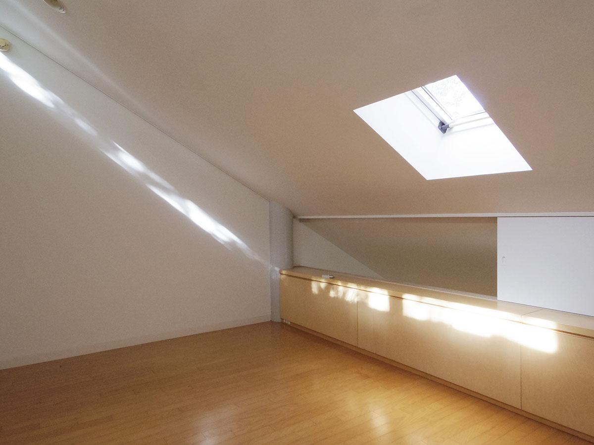 3階は寝室に良さそうなサイズ感。天窓から入る光がきれい