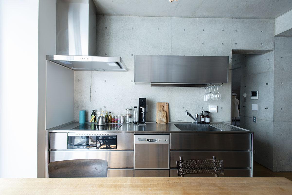 キッチンはステンレスでコンクリートとの組み合わせがスタイリッシュ