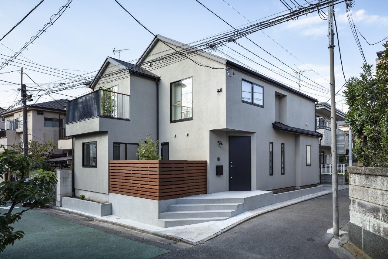 隅切りの階段を数段上った先で、住居の玄関と外部土間入口へ2方向の動線が作れます