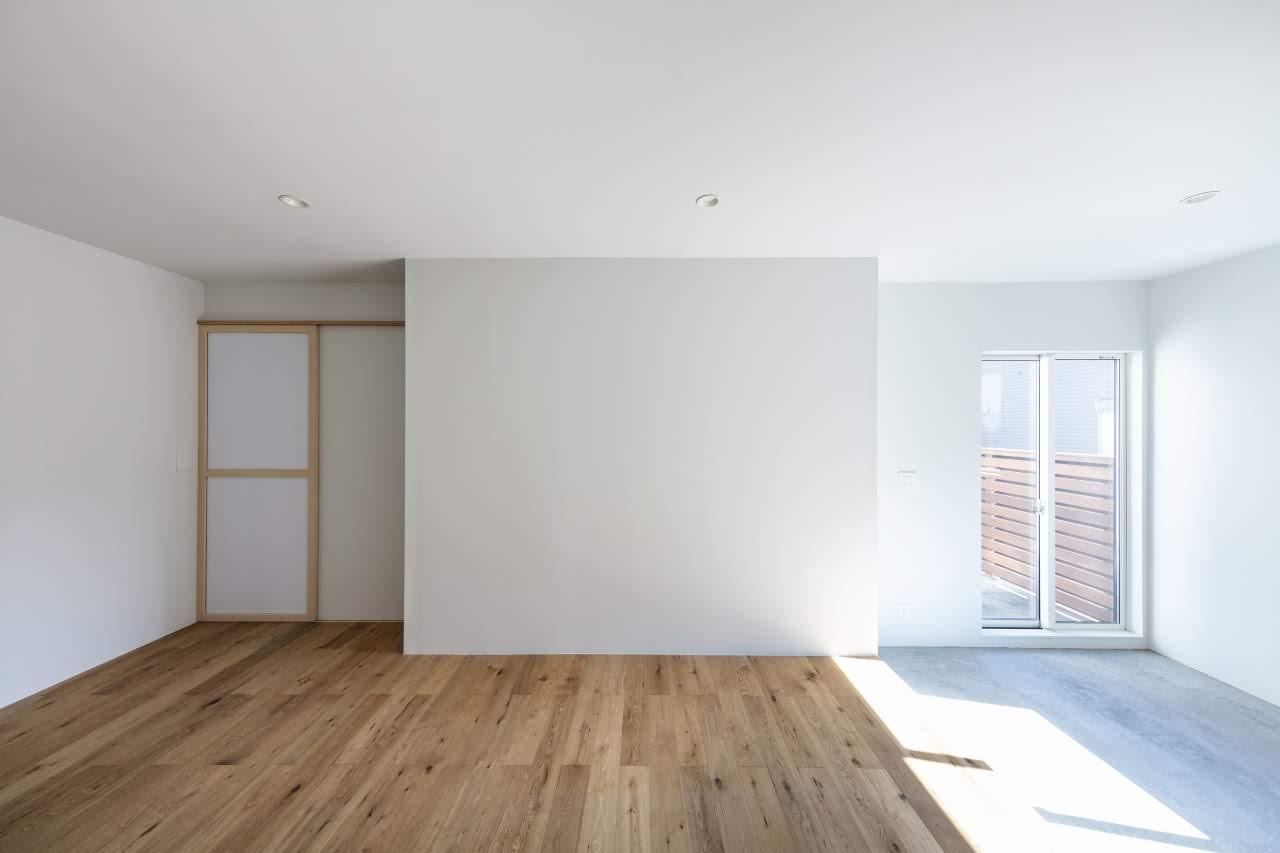 室内の約5.1畳の土間と、その先の約9.4畳のフローリング空間は、住まい+αのスペースとして使えます