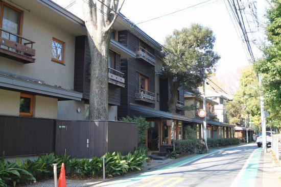 豊かな緑と洗練されたデザインで有名な集合住宅が並ぶ個性的な一角を抜けた先に本物件があります