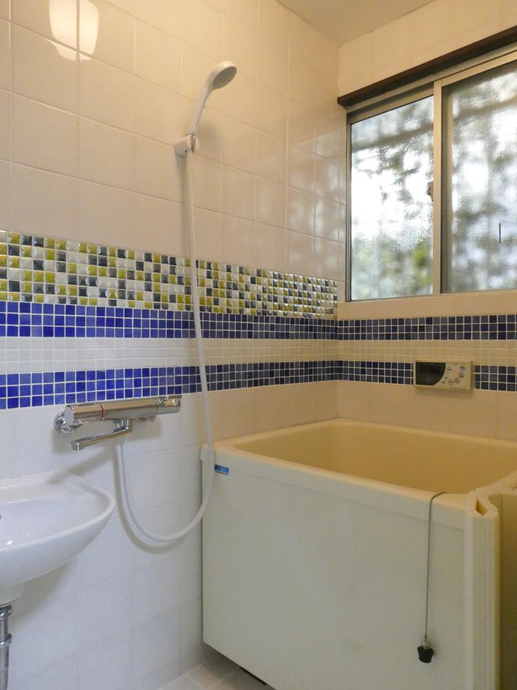 カラフルなタイルがかわいい浴室。追いだきつき
