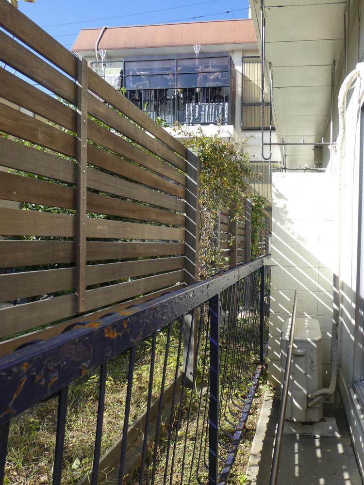 青い鉄柵が撤去され、ウッドデッキが敷かれる予定