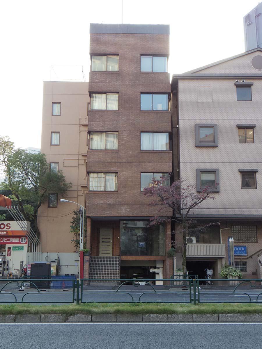 明治通り沿いのマンションの1階部分。人通りは少ない