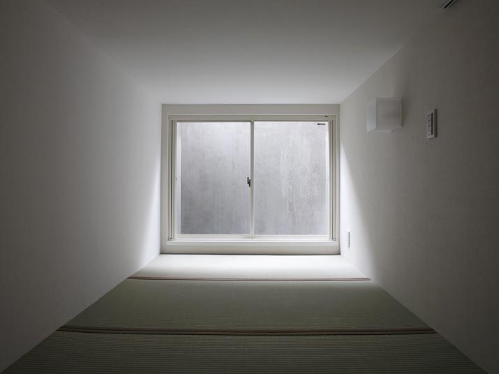 地下は天井高140cmほど。この和室は腰掛けると天井の低さもあって不思議と落ち着く