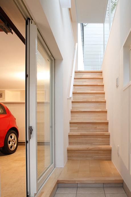 1階の玄関。家に入るなり、心地よい光が出迎えてくれる