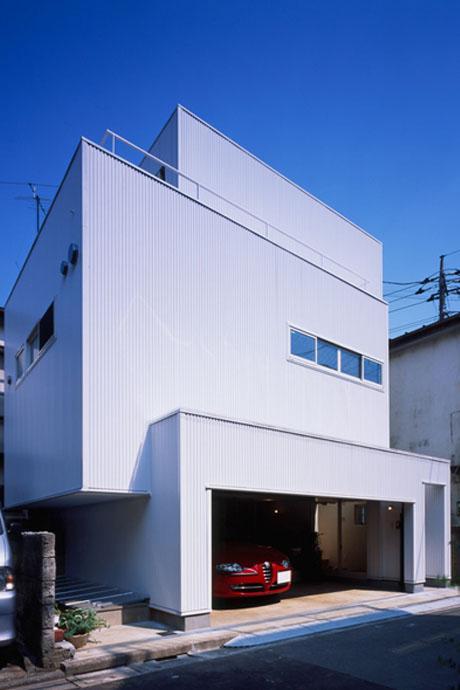 横から見るとこの家の特徴的な外観が際立つ