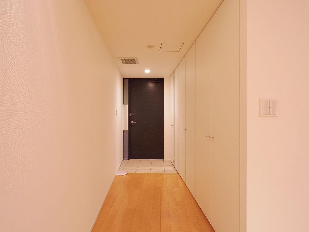 玄関。壁一面の収納