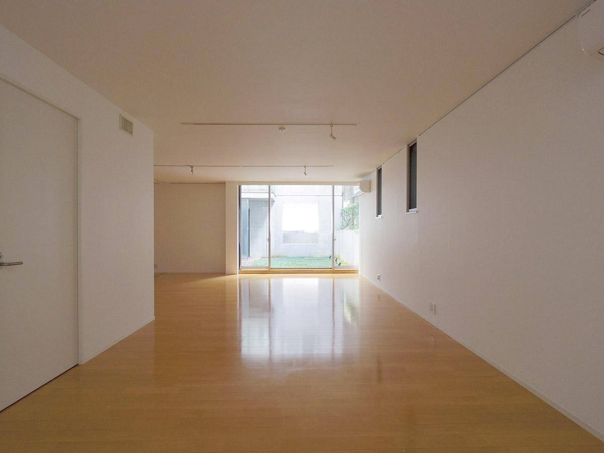 中庭を望むリビングダイニング (渋谷区南平台町の物件) - 東京R不動産