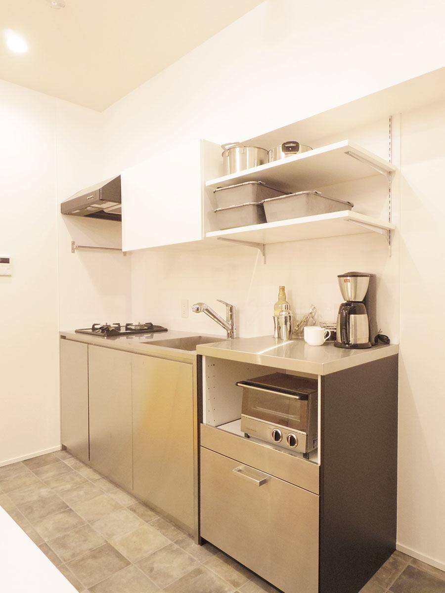 キッチンはスタイリッシュなステンレス製