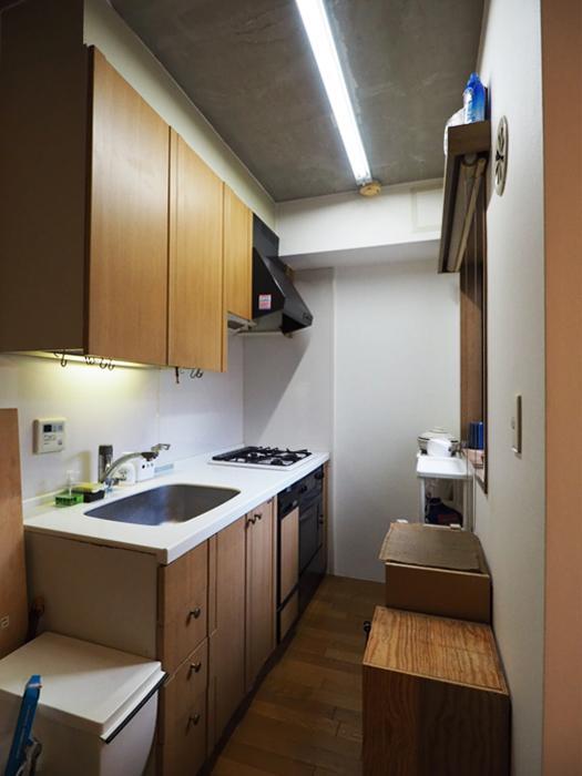 キッチン。食器洗浄機、オーブン、グリル、3口ガスコンロがついている