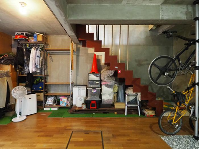 コンクリートの壁と無骨な階段がクールな印象