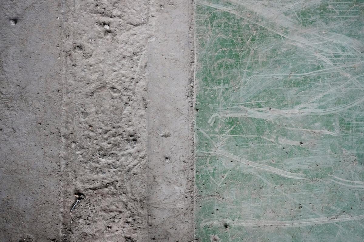 床はおおむね右半分のような緑色。はつっている部分は左側のようになっています