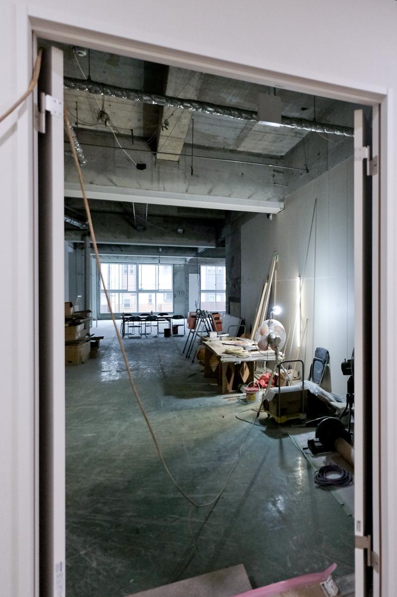 共用部入り口からのアングル。入り口は小さいですが、中は大きな空間が広がっていておもしろい