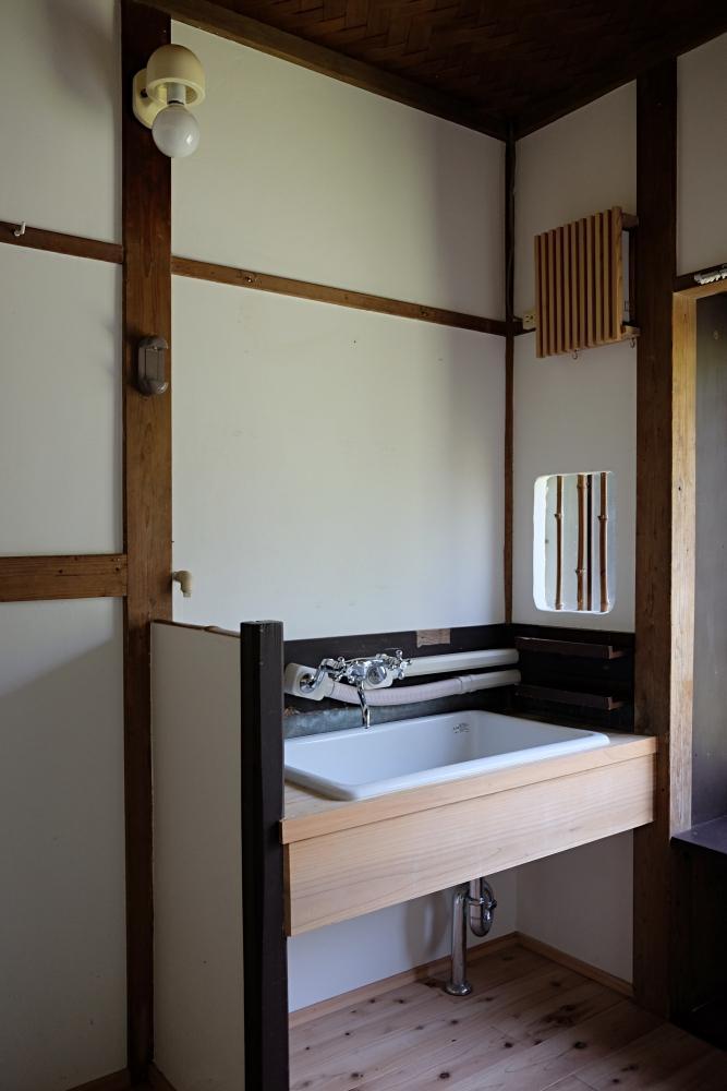 脱衣室に大きな洗面台
