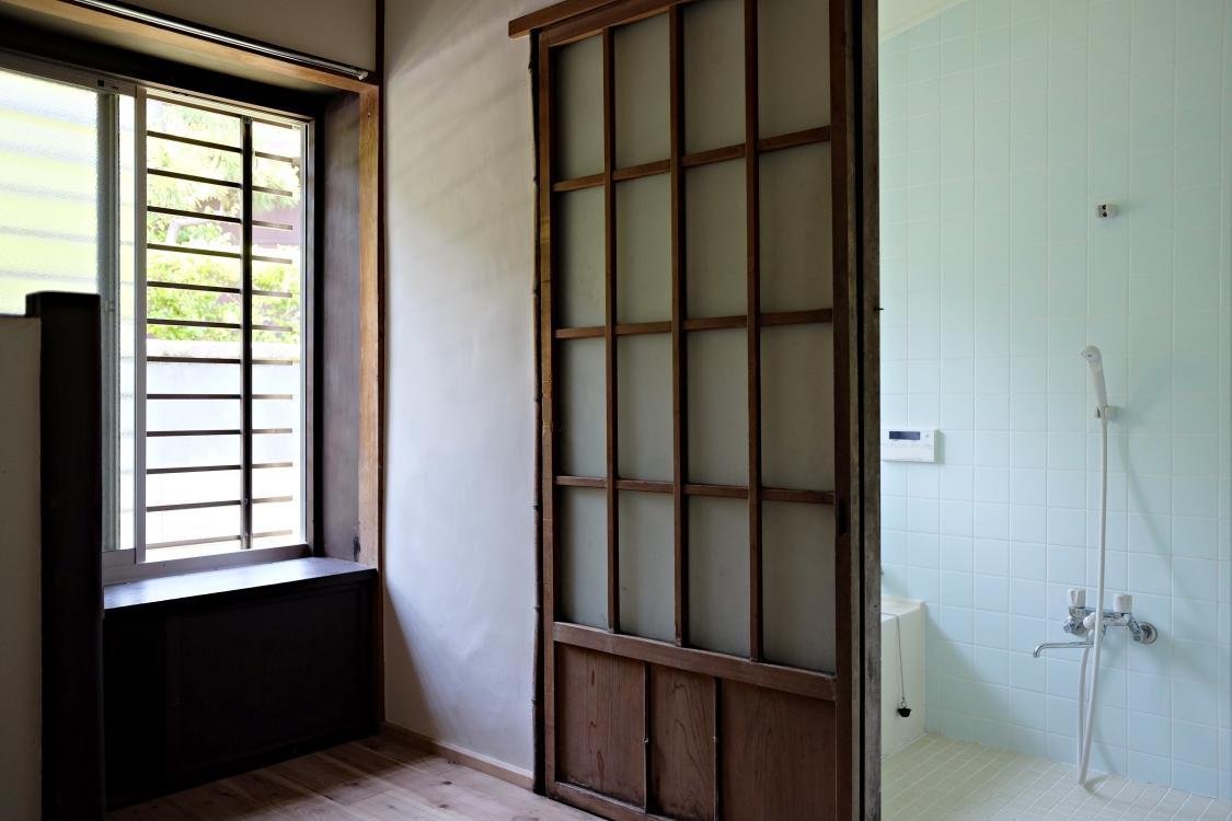 無垢の杉床が気持ち良い脱衣室。浴室は木製建具